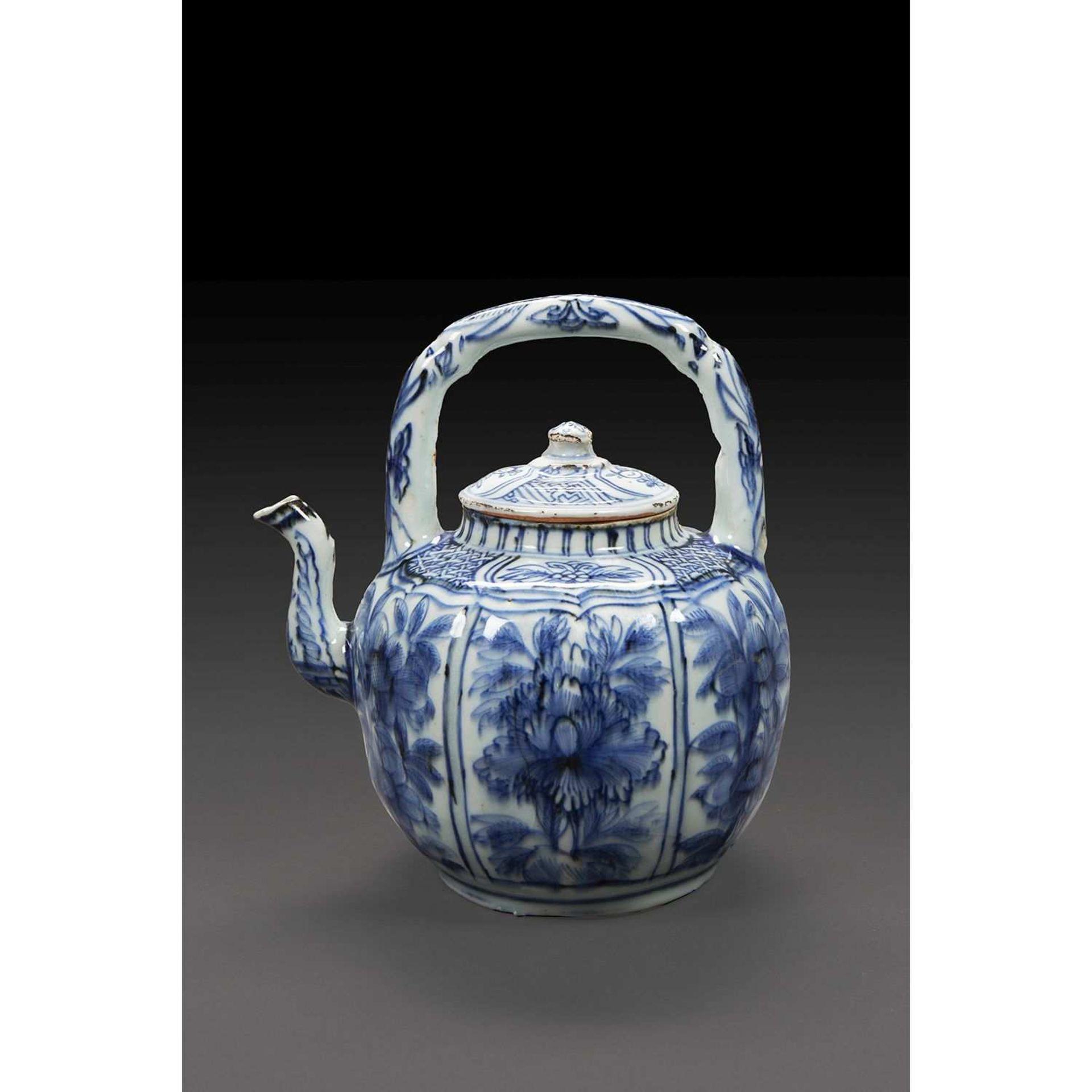 THÉIÈRE en porcelaine et bleu de cobalt sous couverte, la panse côtelée à décor de panneaux
