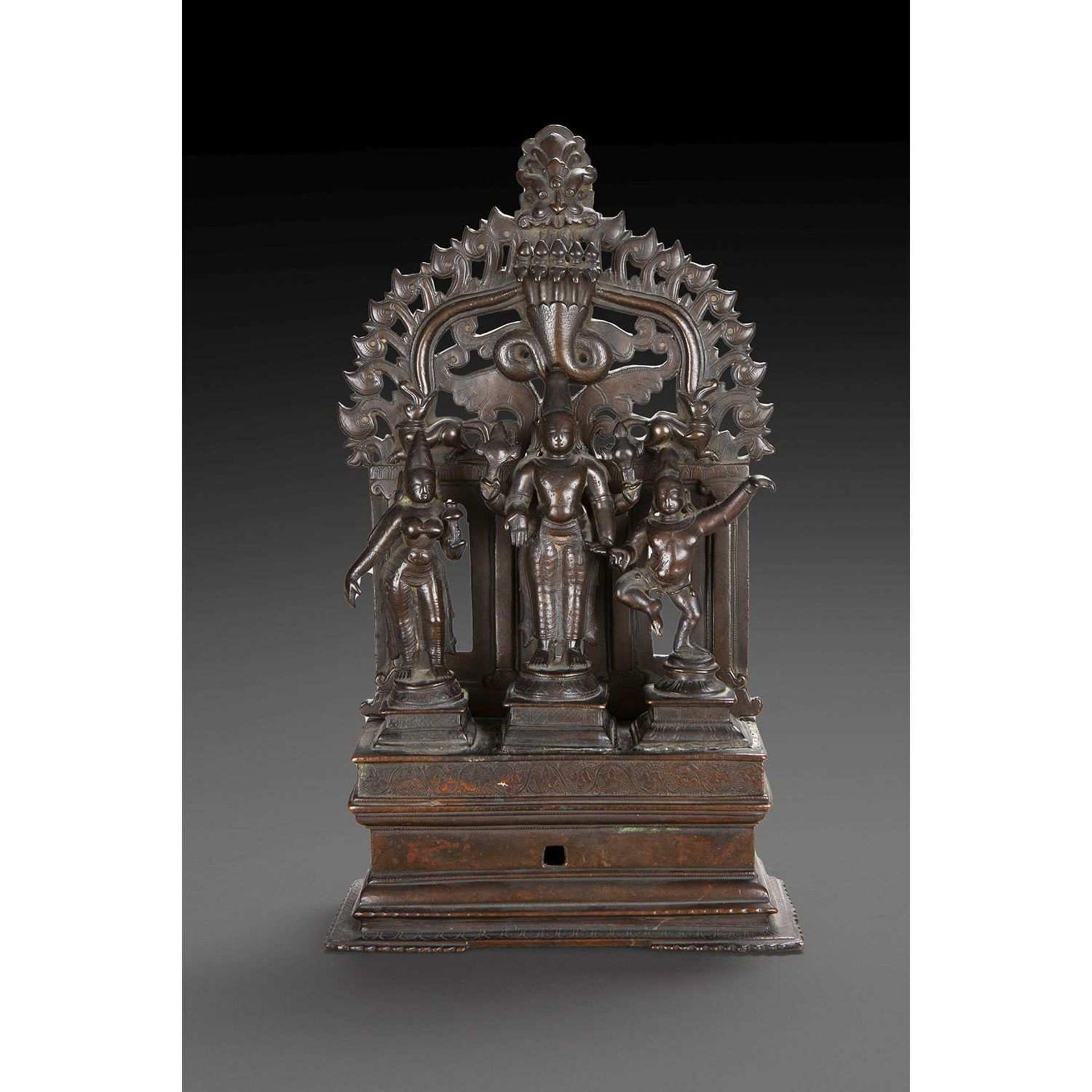 TRIADE INDIENNE en bronze de patine brune, représentant Vishnu au centre, entouré de Lakshmi et