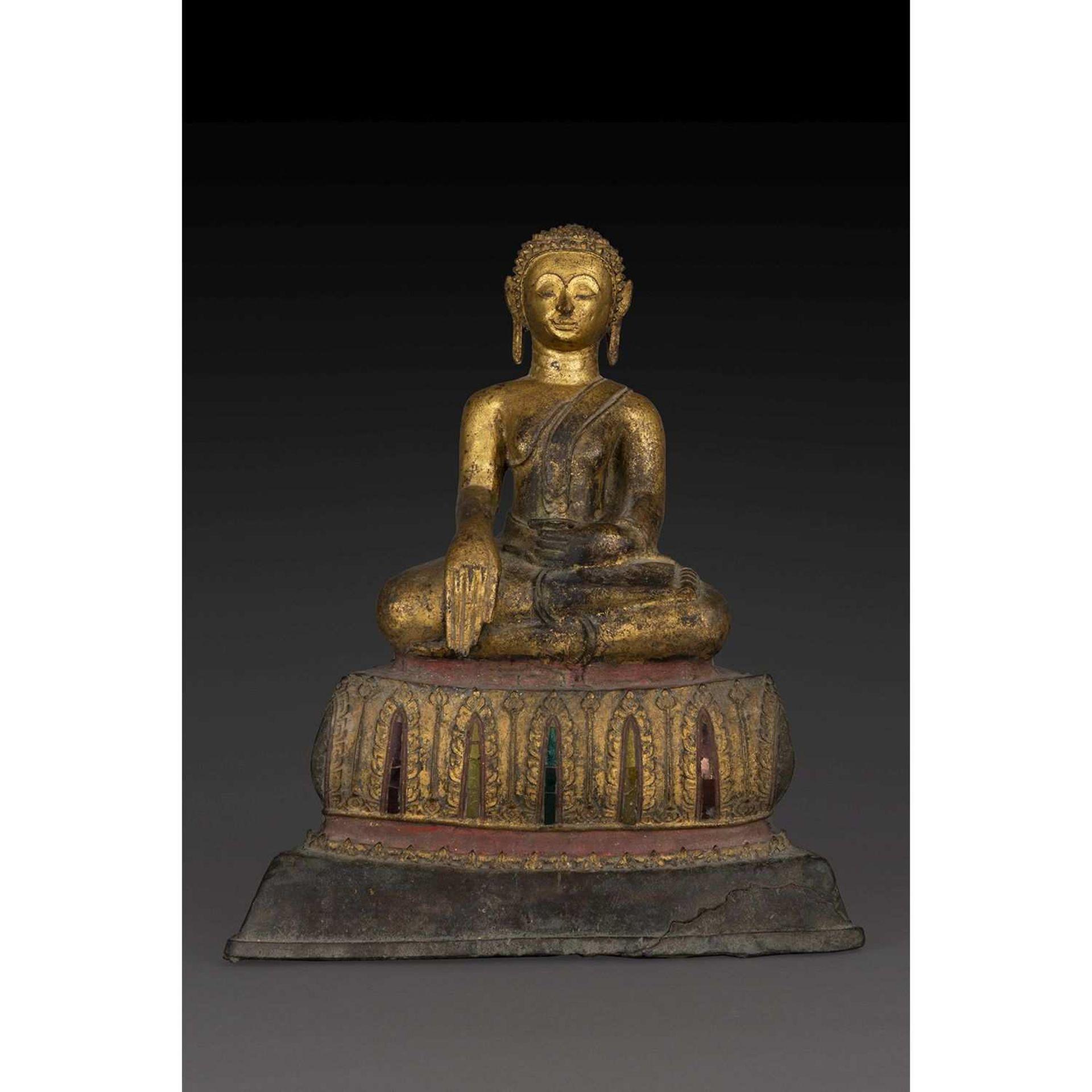 STATUE DE BOUDDHA en bronze laqué or, représenté assis en bhumisparsa mudra, faisant le geste de