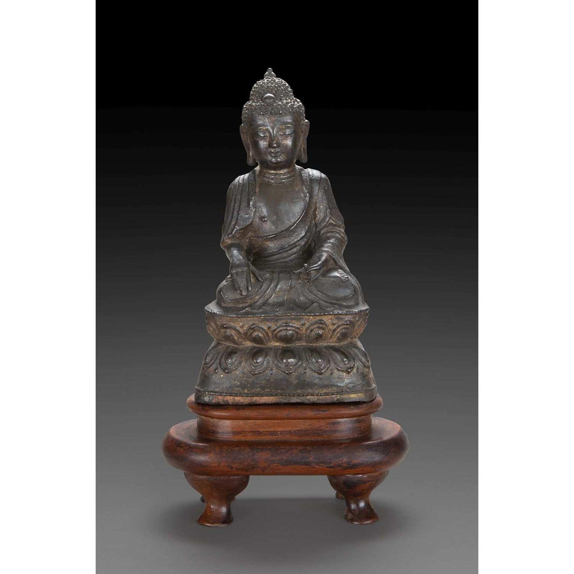 STATUETTE DE BOUDDHA SHAKYAMUNI en bronze de patine sombre comportant des traces de laque dorée,