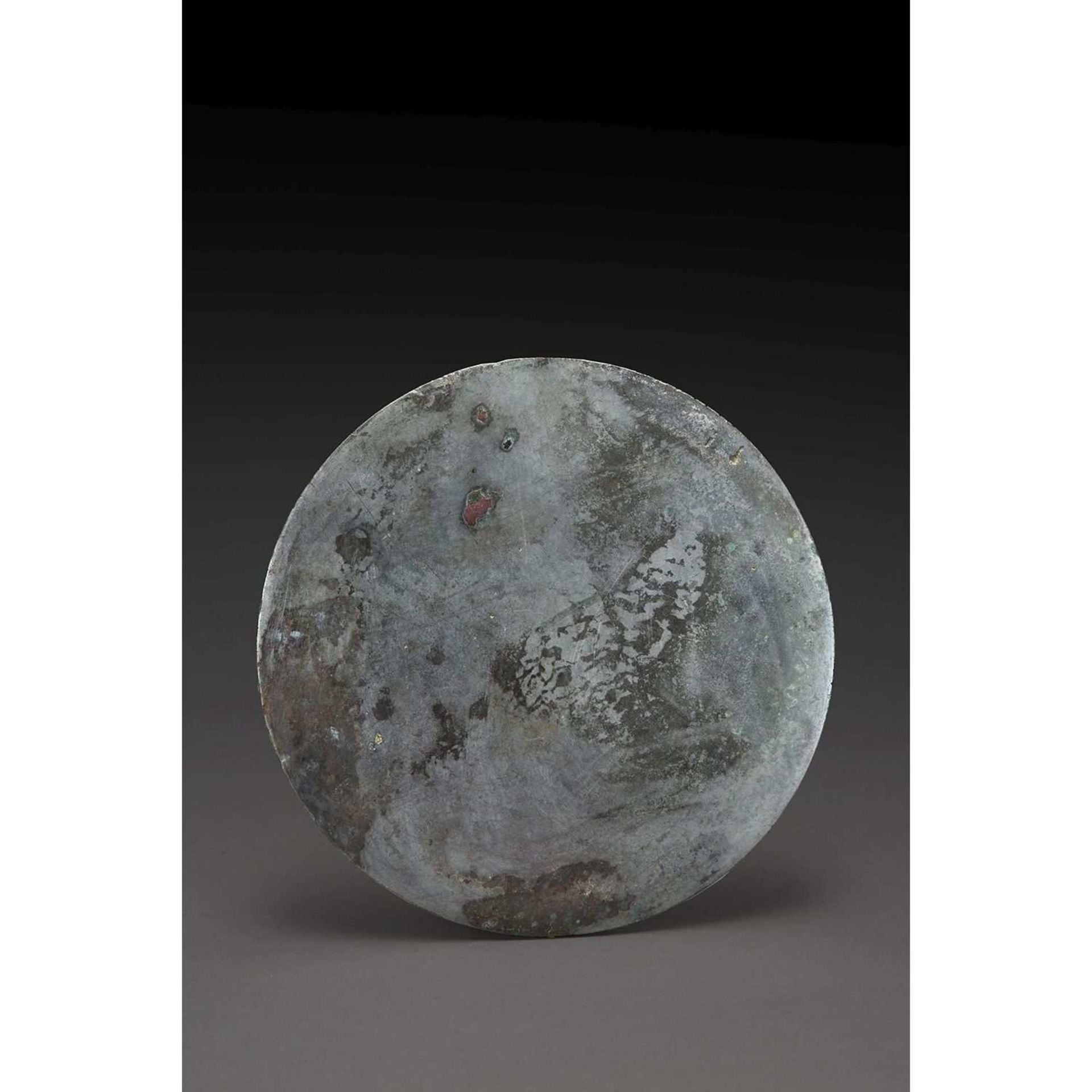 """MIROIR en bronze de patine argenté, partiellement oxydé de vert, de type su wen jing, """"sans"""