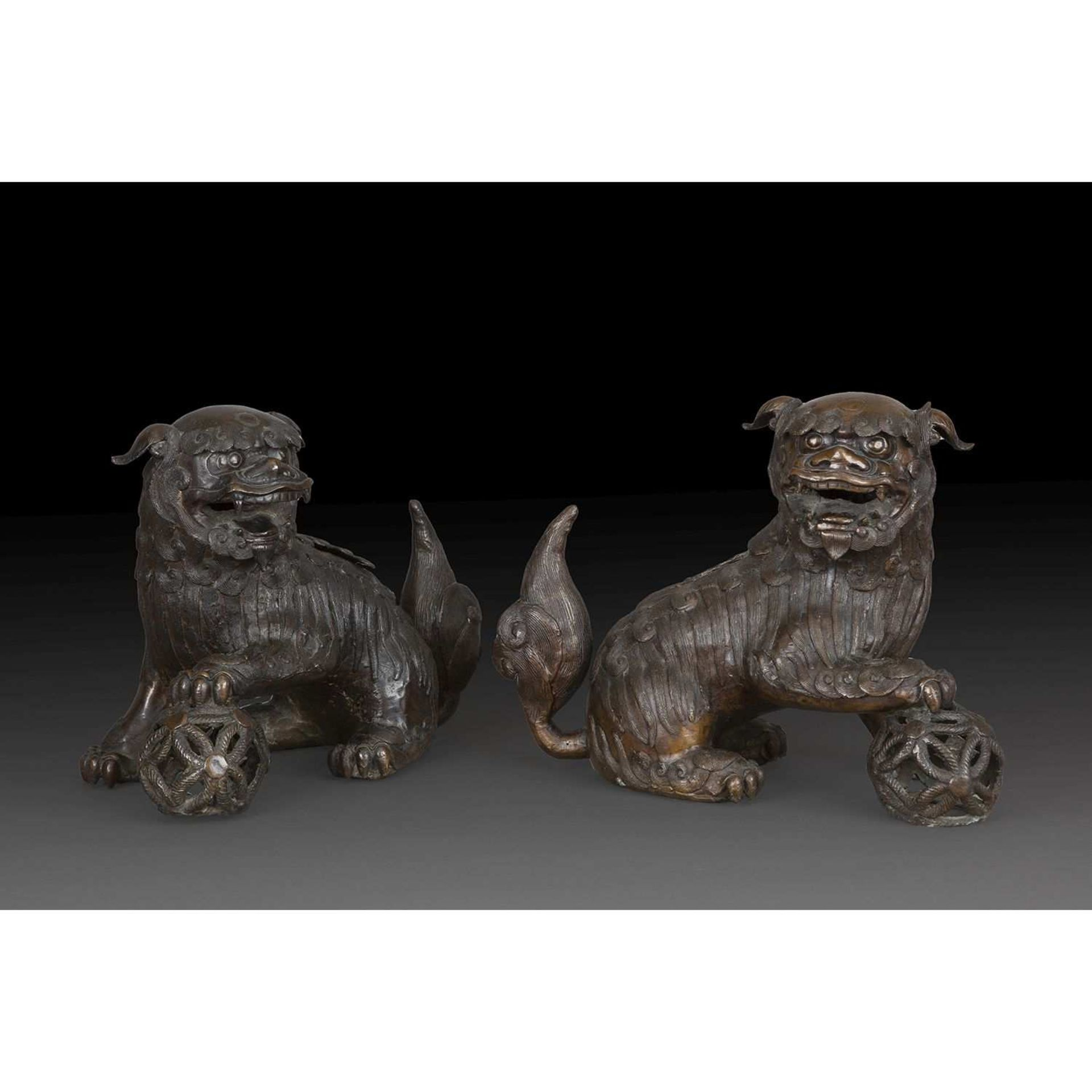 PAIRE DE CHIEN DE FÔ formant brûle-parfums, en bronze de patine sombre, les félins figurés assis, la