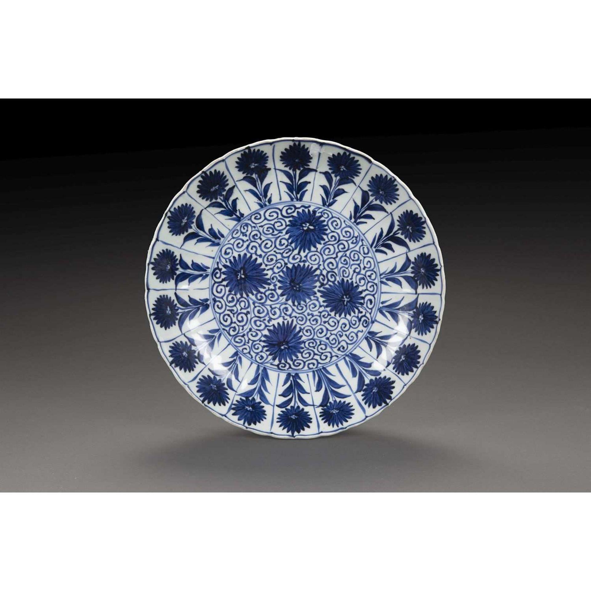 PLAT CREUX en porcelaine et bleu de cobalt sous couverte, de forme circulaire, à décor sur le