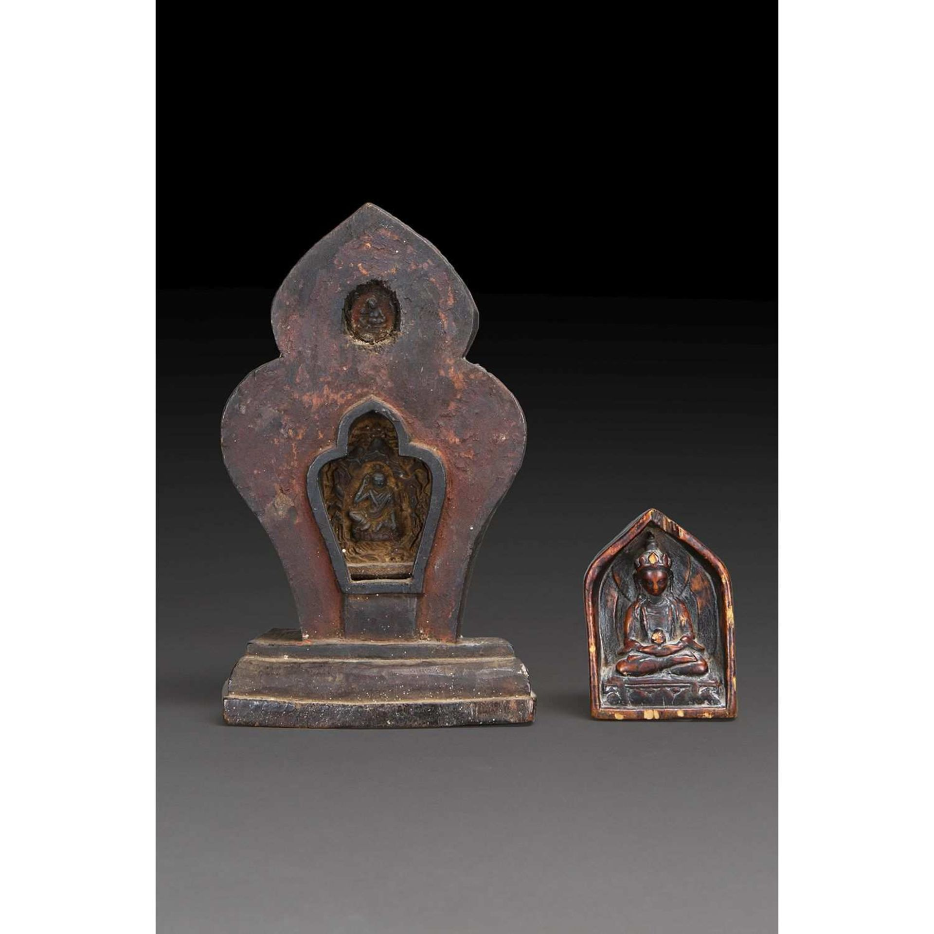 LOT DE DEUX IMAGES VOTIVES comprenant un Amitayus en bois, en méditation dans une niche ; un