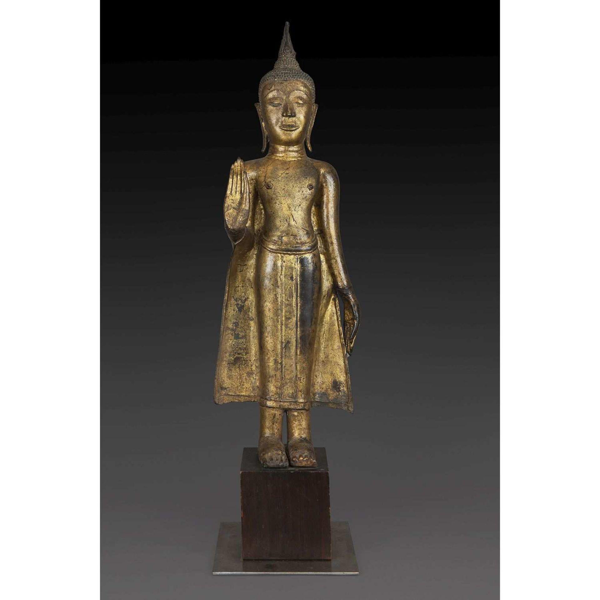 GRANDE STATUETTE DE BOUDDHA SHAKYAMUNI en bronze laqué or, représenté debout, la main droite faisant