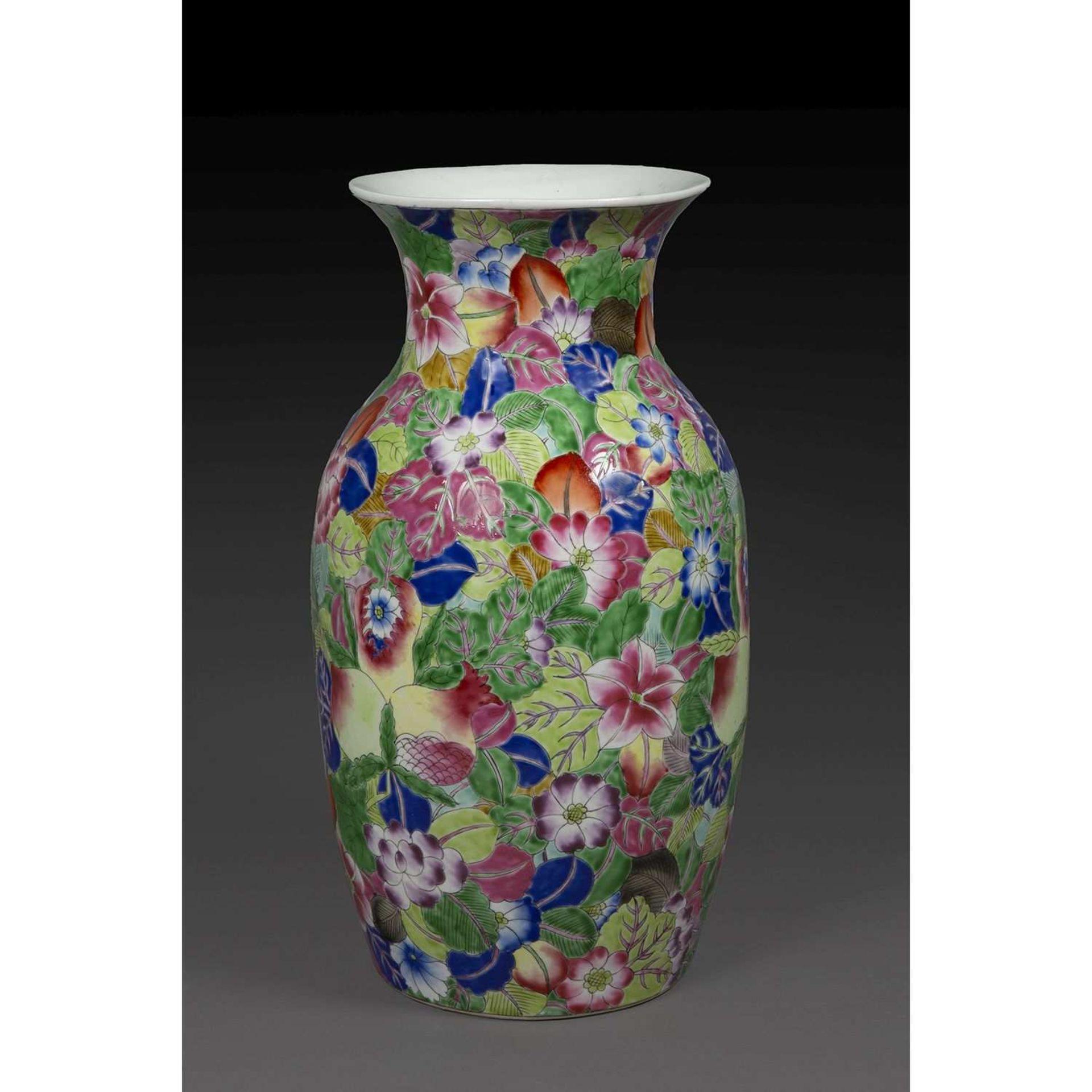 VASE BALUSTRE en porcelaine et émaux polychromes dans le style de la famille rose, à décor de pêches
