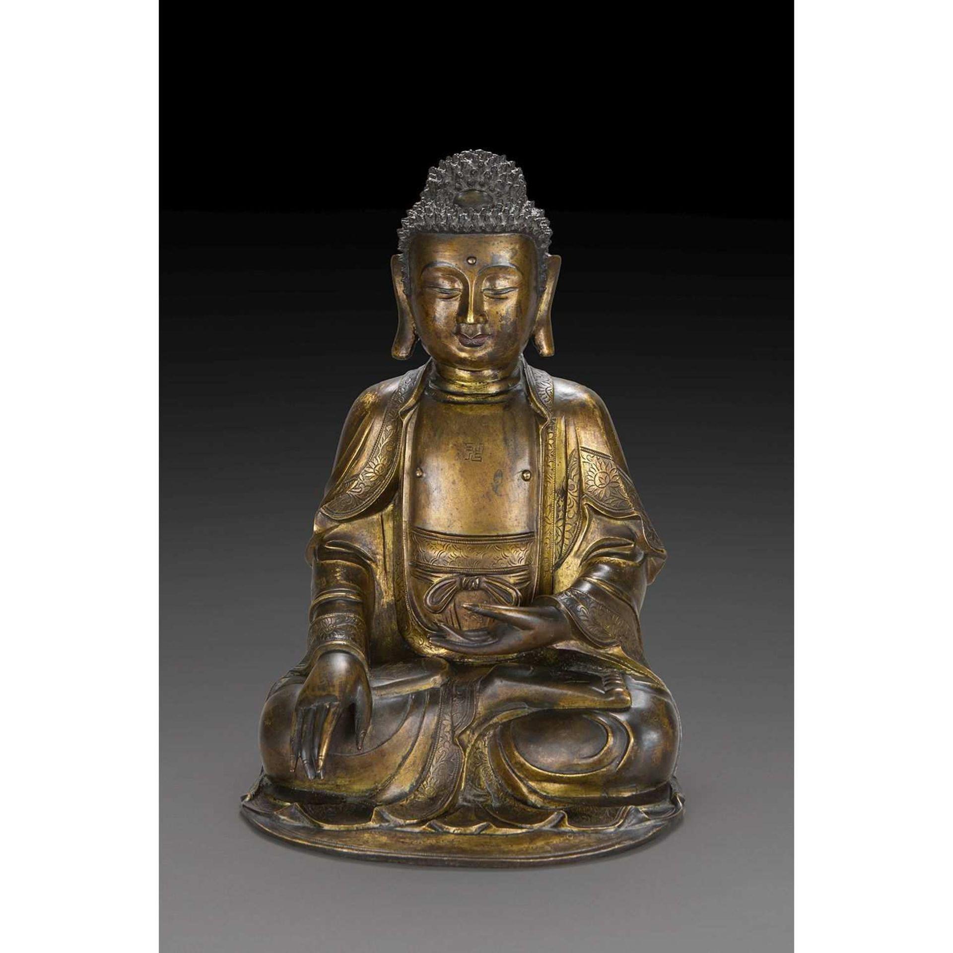 GRANDE STATUETTE DE BOUDDHA SHAKYAMUNI en bronze doré, assis en dhyanasana, les mains en
