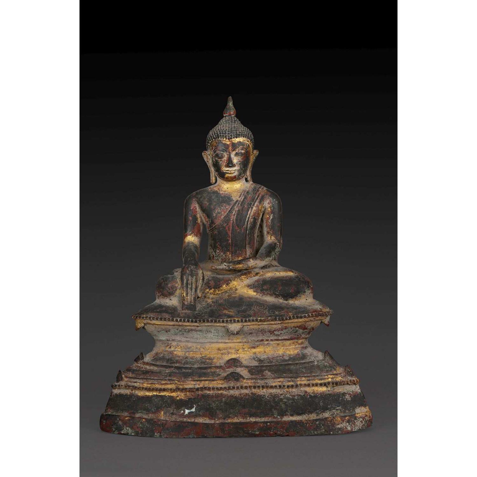 GRANDE STATUETTE DE BOUDDHA SHAKYAMUNI en bronze rehaussé de laque rouge et or, assis sur une