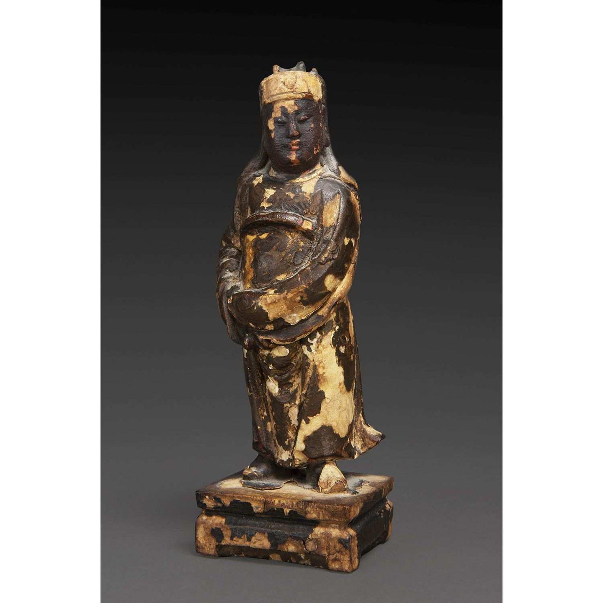 STATUETTE en bois laqué, anciennement doré, représentant un fonctionnaire de haut rang. (Sautes de