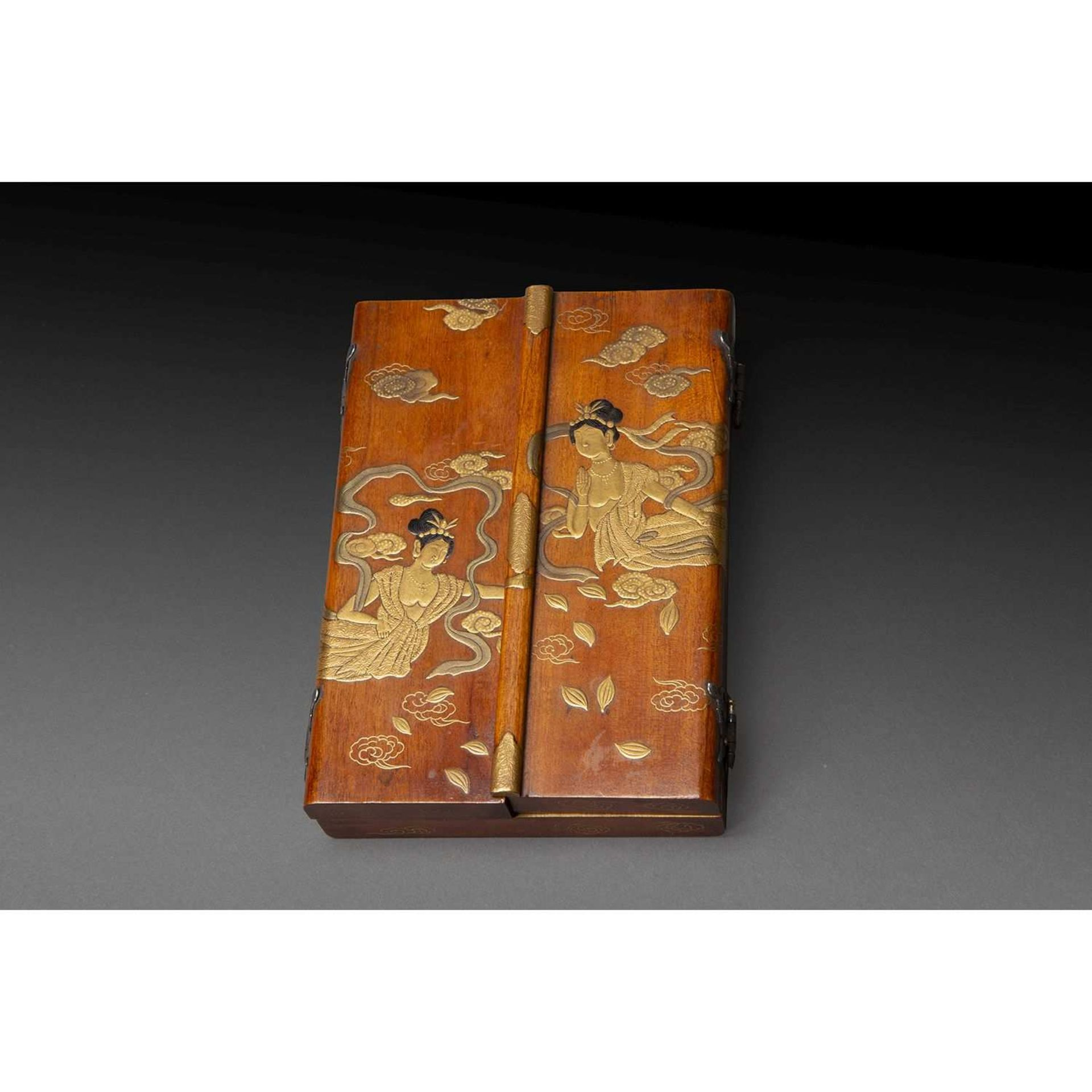 BEAU RELIQUAIRE ZUSHI en bois de belle patine, les portes ornées en takamaki-e de laque or de deux