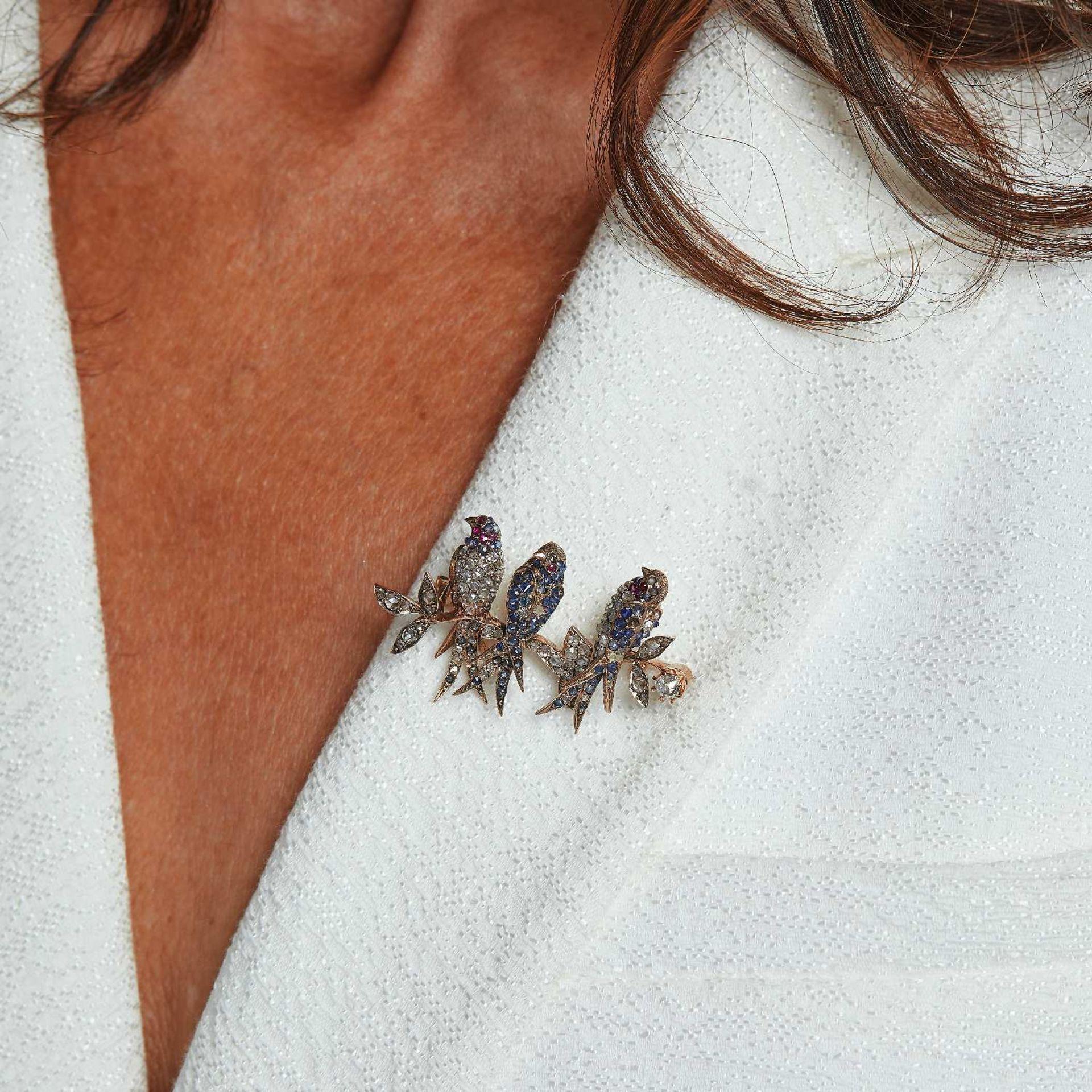 XIXEME SIECLE PETITE BROCHE HIRONDELLES Les trois oiseaux reposent sur une branche. L'ensemble est