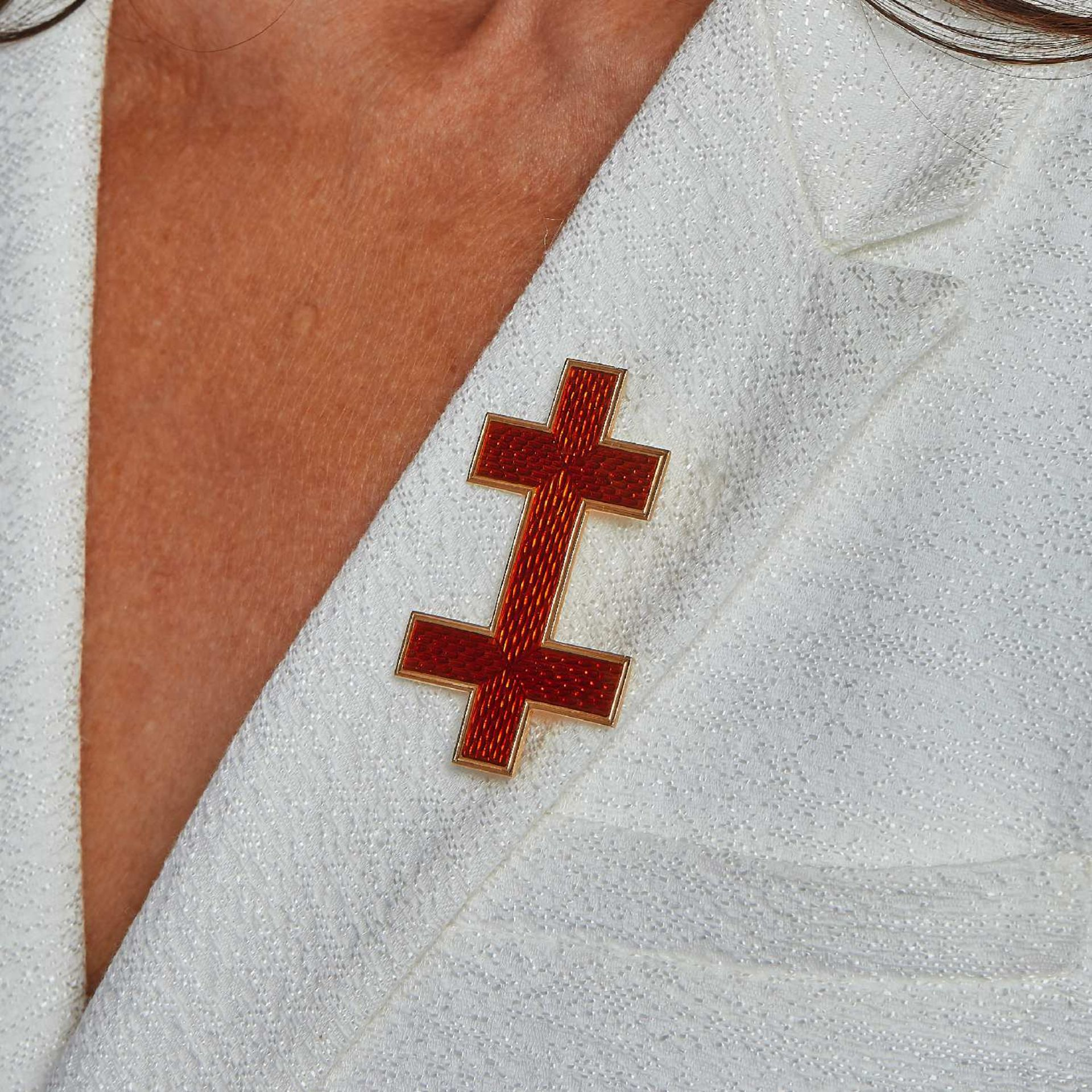 XIXEME SIECLE BROCHE CROIX DE LORRAINE Elle est en or jaune 18K émaillée rouge à fond guilloché. (