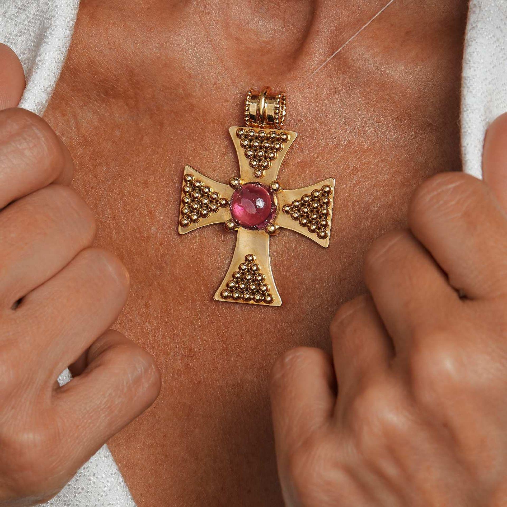 CHANEL PENDENTIF CROIX Il est en or jaune 18K orné de boule d'or et d'une tourmaline rose cabochon