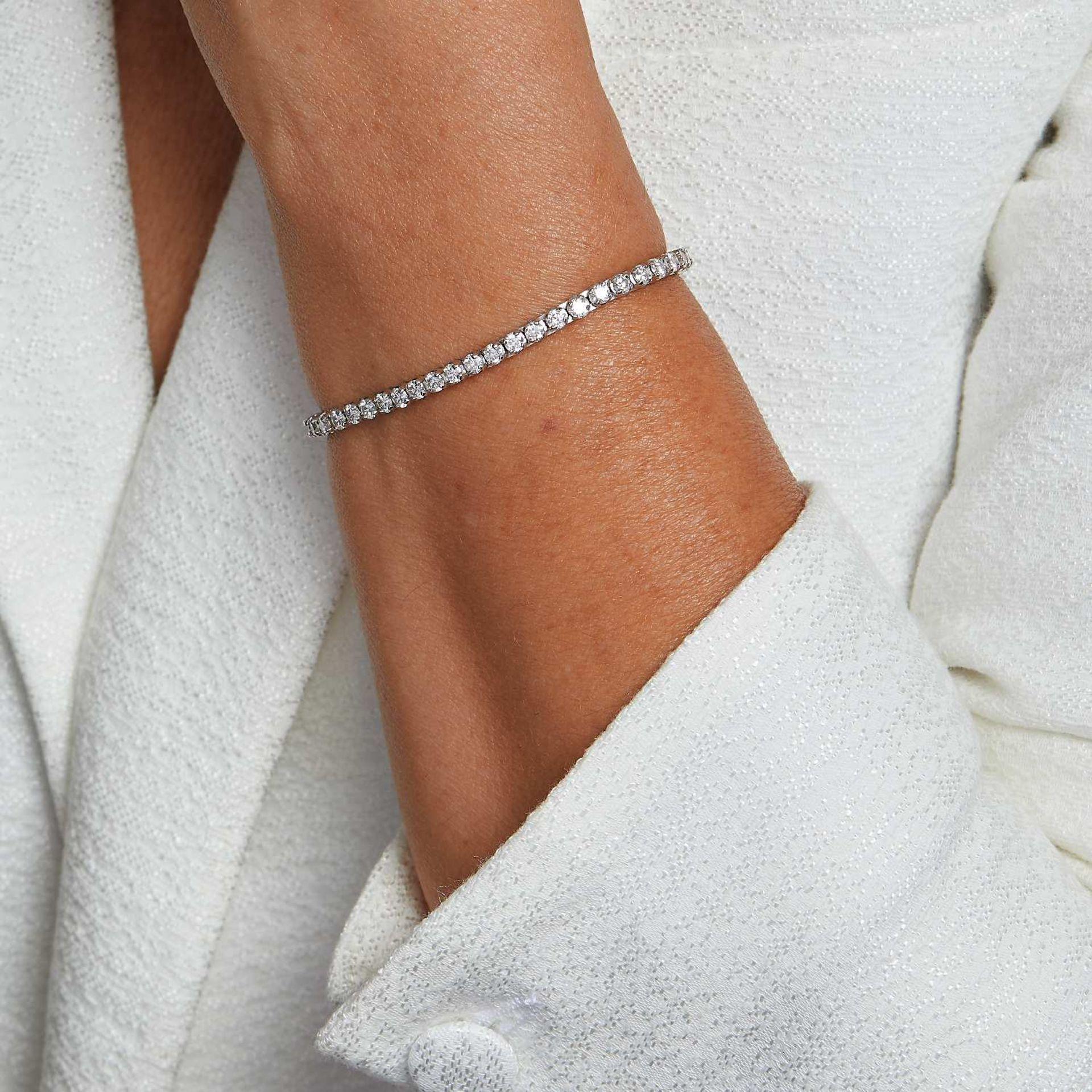 BRACELET LIGNE DIAMANTS Il est orné de quarante-neuf diamants taille brillant en châton à griffes.