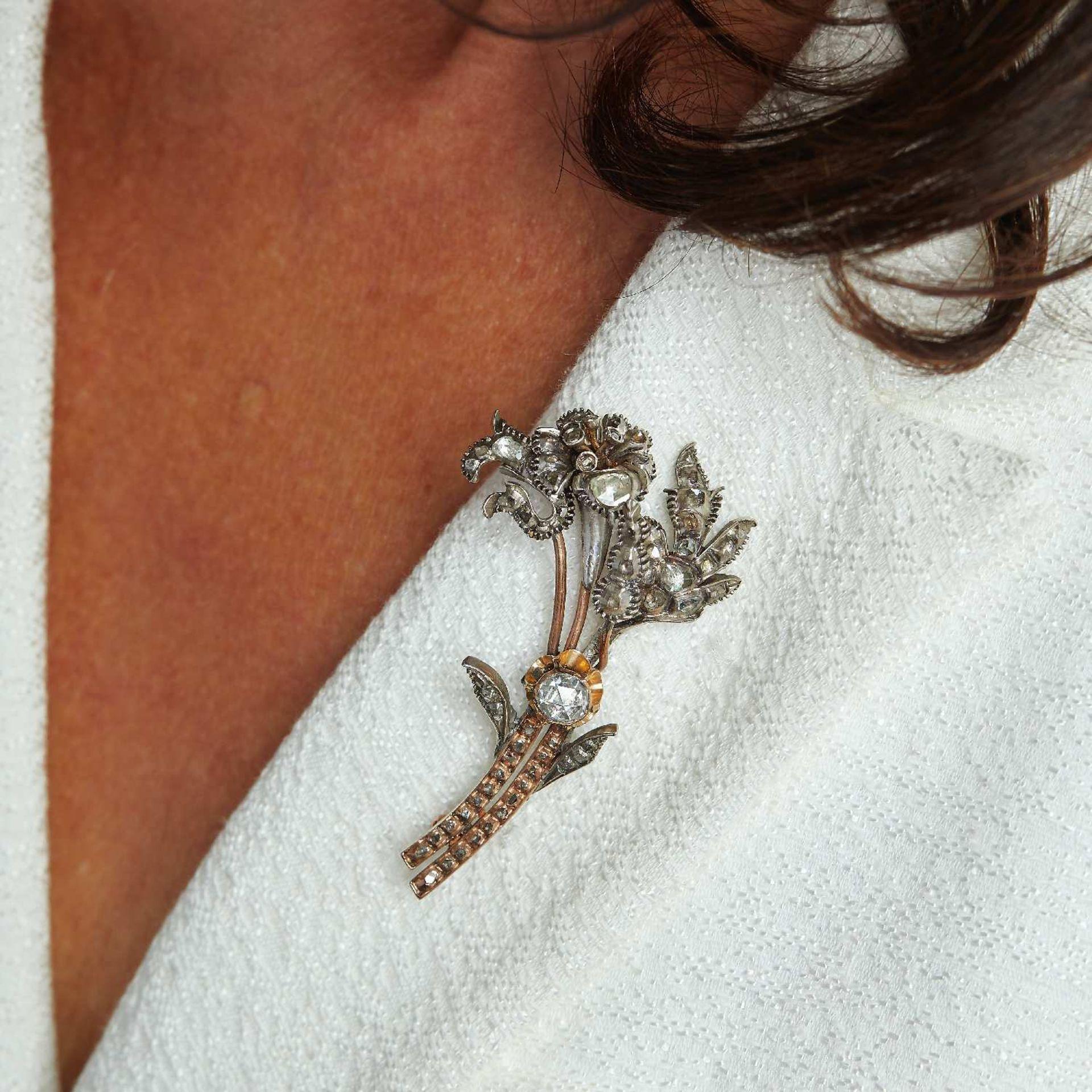 DEBUT XIXEME SIECLE BROCHE BOUQUET Les trois fleurs sont pavées de diamants taillés en rose, un