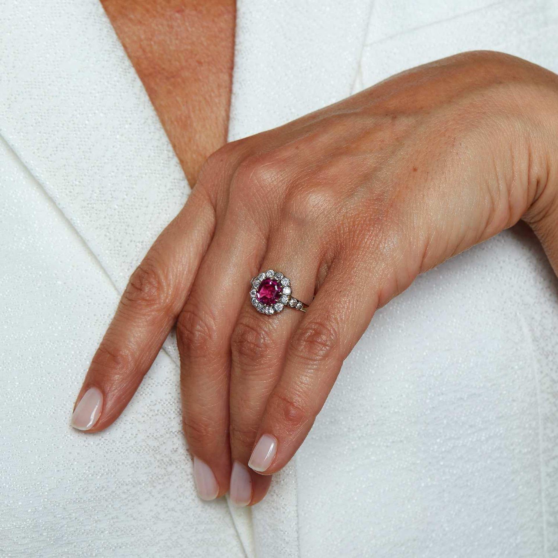 BAGUE SPINELLE ROSE Elle est ornée d'un spinelle rose coussin dans un entourage de diamants taille