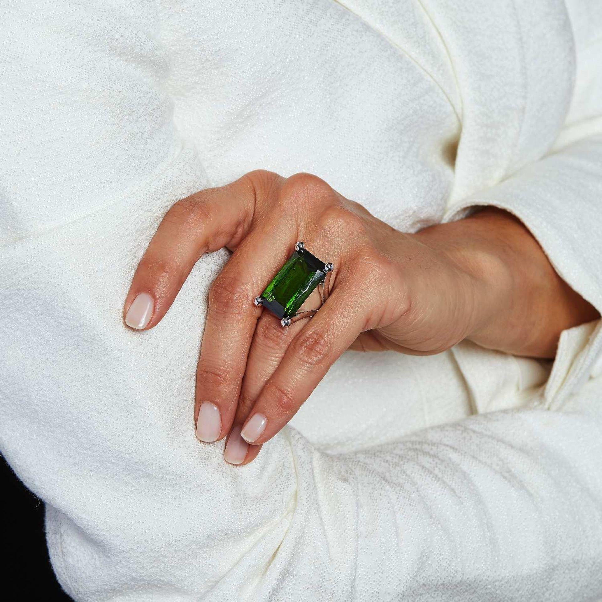 TRAVAIL FRANCAIS BAGUE TOURMALINE VERTE Elle est ornée d'une grande tourmaline verte rectangulaire à