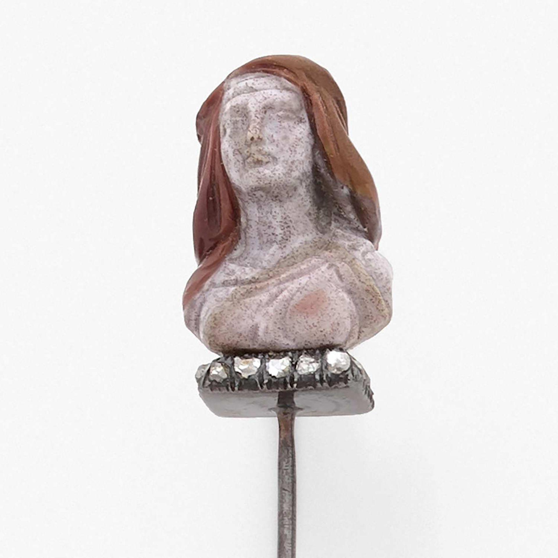 ANNEES 1860 EPINGLE BUSTE DE FEMME Elle représente un buste féminin en jaspe rose et brun. La base