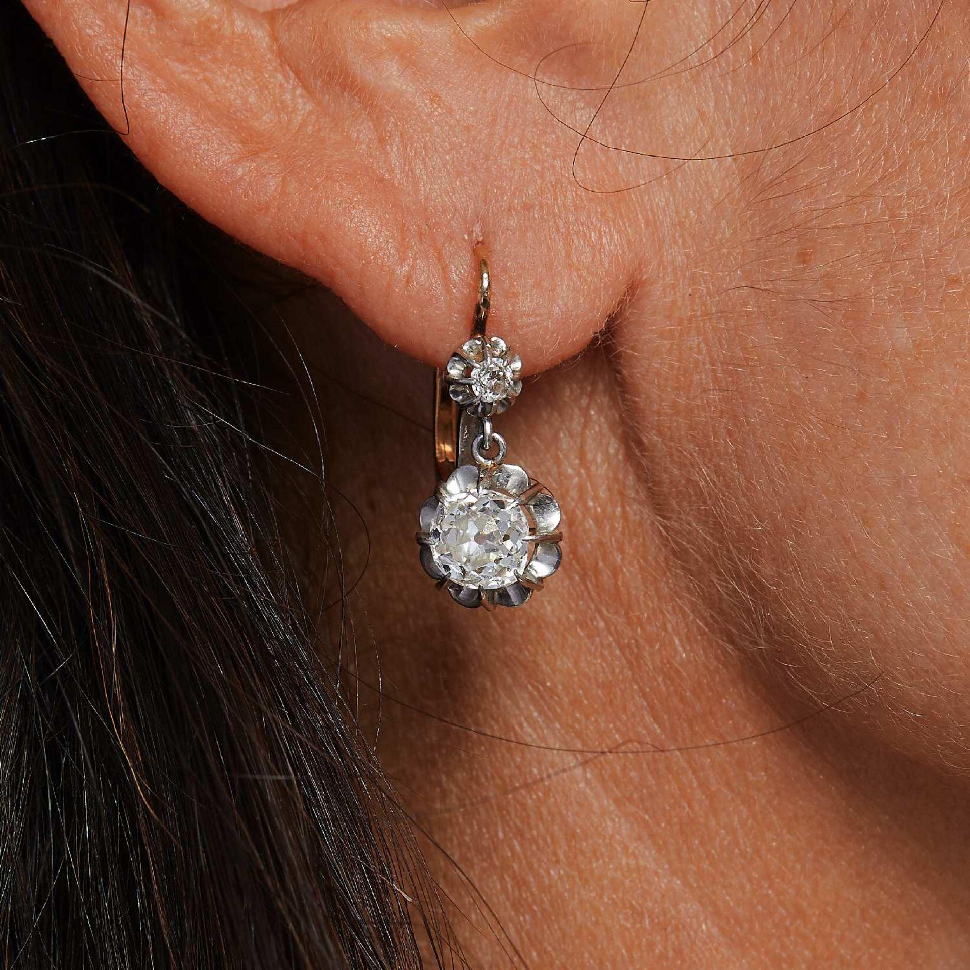 PAIRE DE BOUCLES D' OREILLES DORMEUSES DIAMANTS Elles sont ornées d'un diamant taille brillant (
