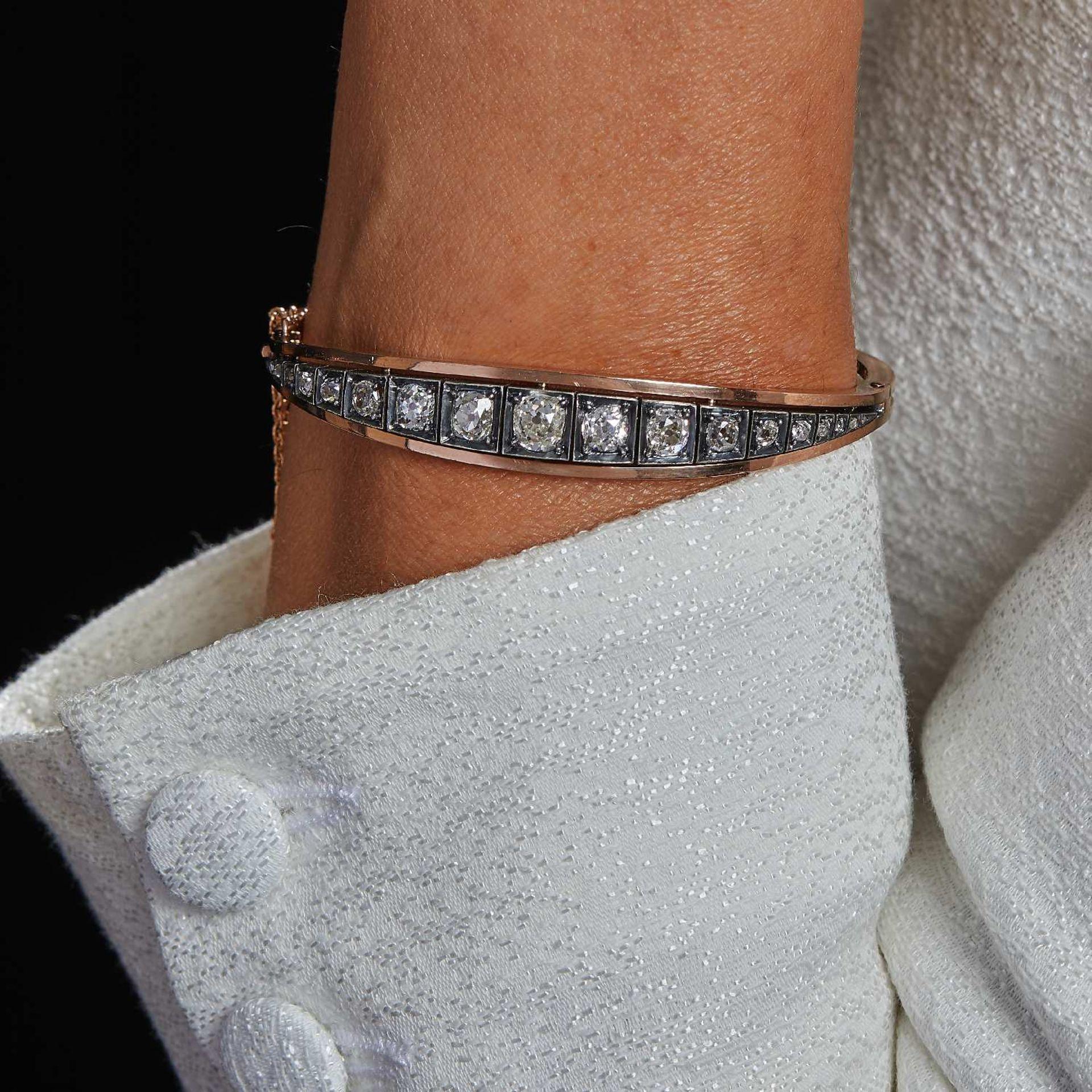 TRAVAIL FRANÇAIS ANNÉES 1880 BRACELET RIGIDE DIAMANTS Il porte une ligne de diamants taille brillant