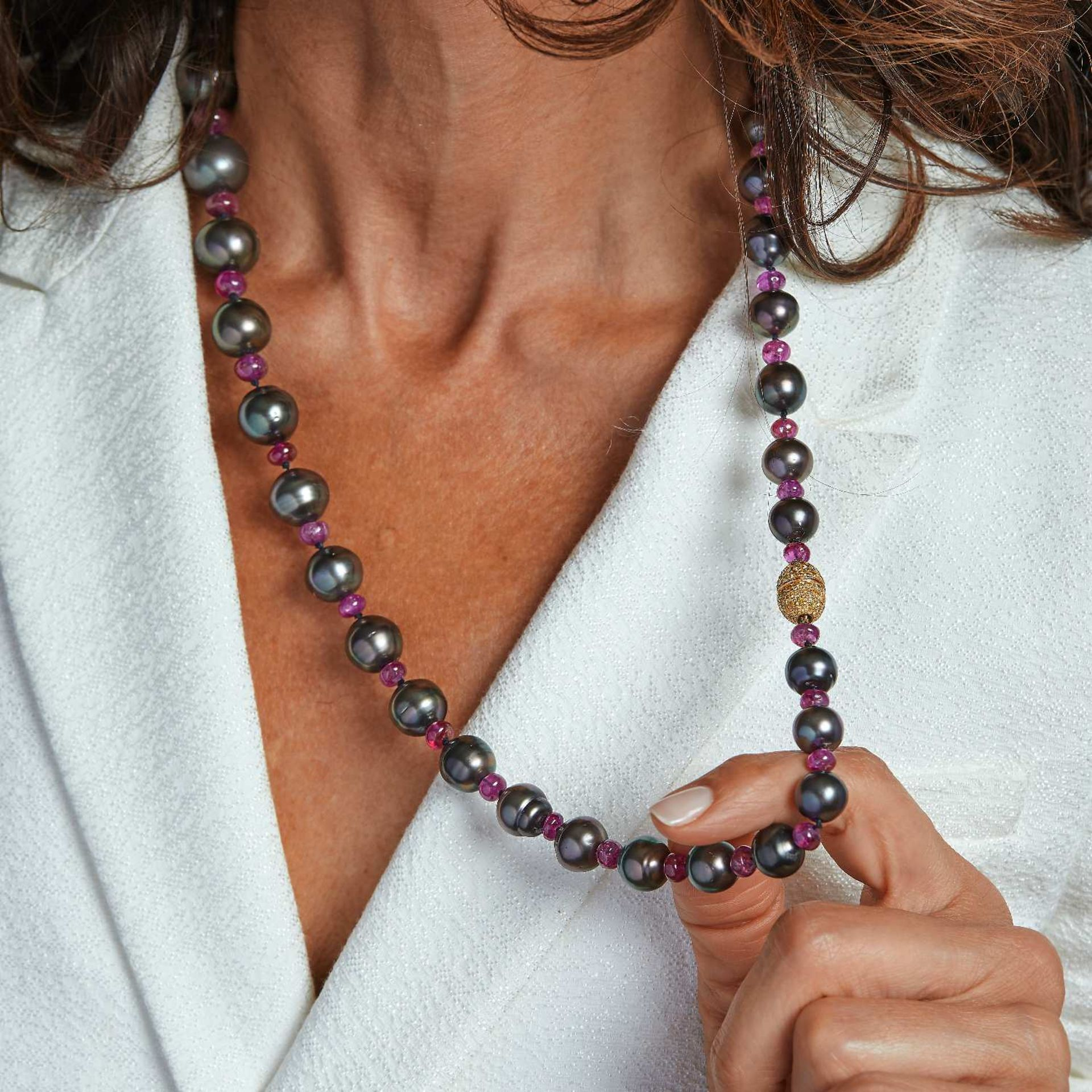 COLLIER PERLES DE CULTURE GRISES FERMOIR FANCY COLOR Il est composé de 35 perles de culture grises
