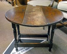 20TH CENTURY OAK DROP LEAF SIDE TABLE WITH TURNED SUPPORTS 47CM TALL