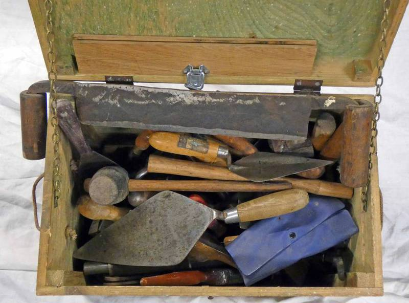 A GOOD SELECTION OF TOOLS TO INCLUDE SCRIBE, SCREW DRIVERS, POINTING TROWELS ETC IN A WOODEN CRATE.