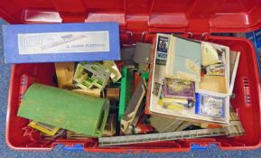 SELECTION OF 00 GAUGE MODEL RAILWAY ACCESSORIES INCLUDING BUILDING, TRACK,