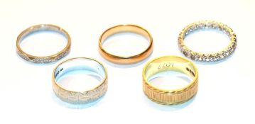 An 18 carat gold band ring, finger size O, a 9 carat white gold patterned band ring, finger size