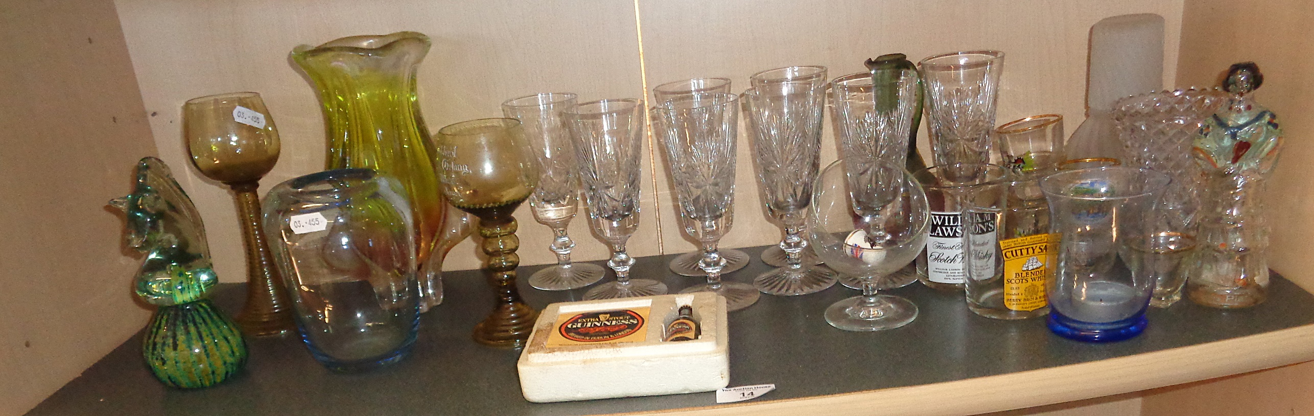 Lot 14 - Shelf of assorted glassware