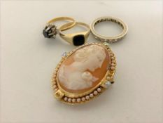 Three 9ct gold rings and a gilt metal cameo (4) CONDITION REPORT: Rings 7.1g gross.