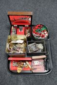 A tray of a large quantity of assorted costume jewellery to include brooches, rings,