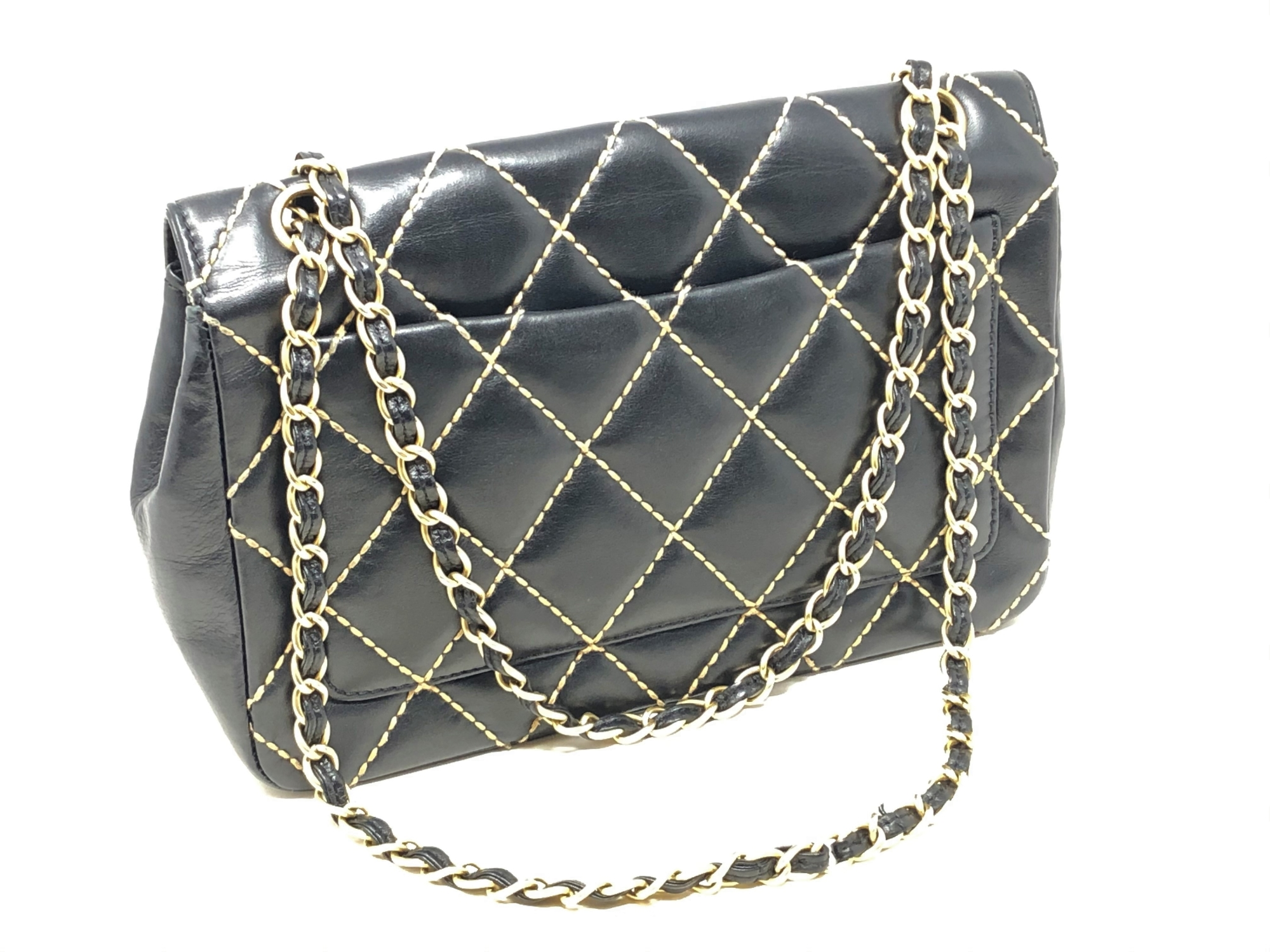Lot 59 - A lady's Chanel black stitched leather chain shoulder bag,