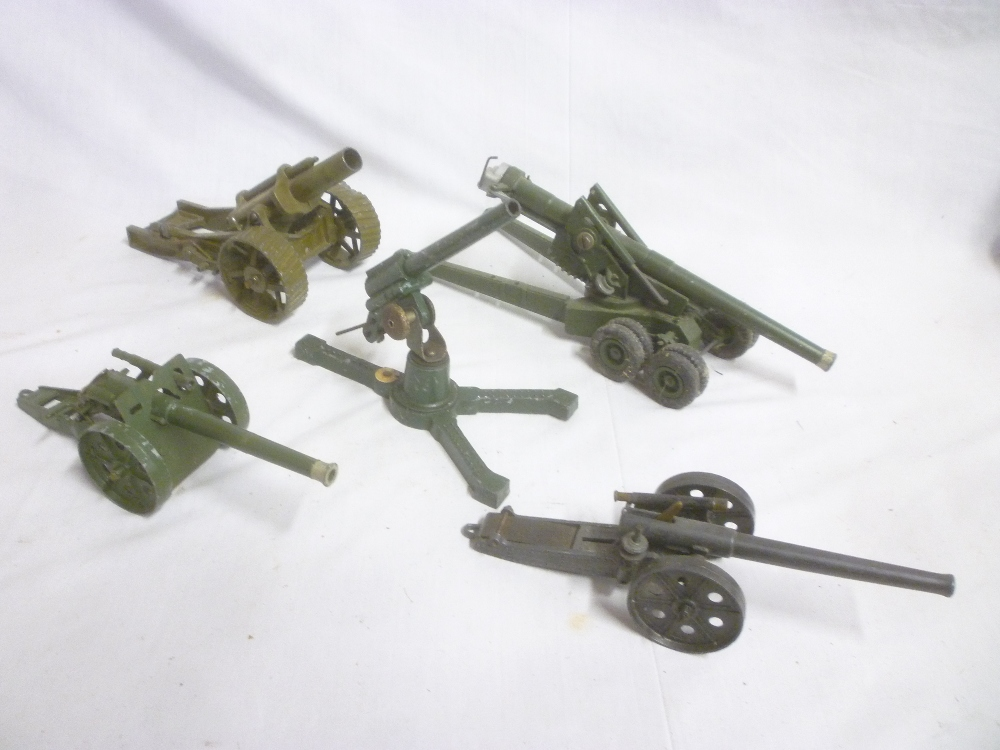 Lot 724 - Five various Britains and other diecast field guns