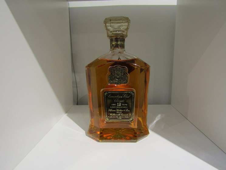 Lot 7002 - Canadian Club Classic 12 years Old blended Whisky, Hiram Walker & Sons Ltd, 1970's bottling,