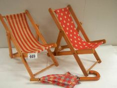 2 dolls deck chairs and parasol;