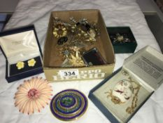 A good lot of vintage brooches