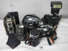 A mixed lot of vintage camera's.