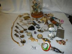 A mixed lot of collectable items, brooches etc.