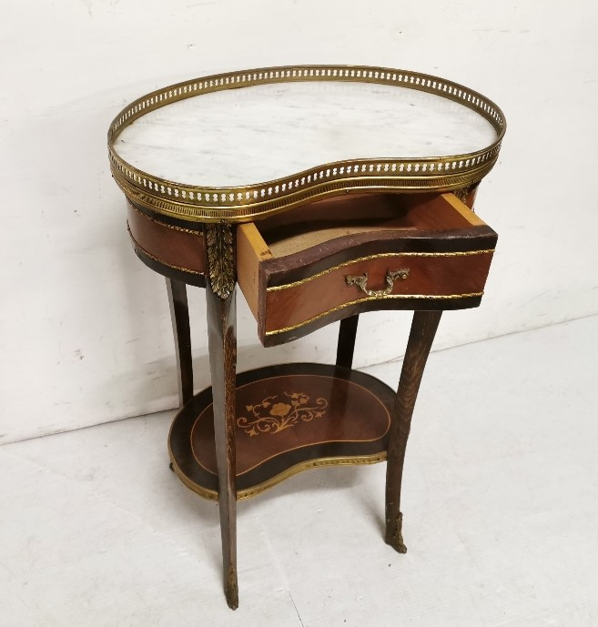 Lot 33 - Reproduction White Marble Top Kidney shaped 2 Tier table, brass mounts, 70cm h x 46cm w