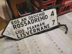 Rossadrehid / Lisvernane bi - lingual finger post sign