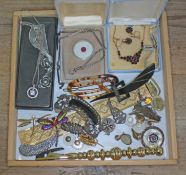 A mixed lot of costume jewellery.