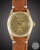 A GENTLEMAN'S 18K SOLID YELLOW GOLD ROLEX OYSTER PERPETUAL DAY DATE WRIST WATCH CIRCA 1971, REF.