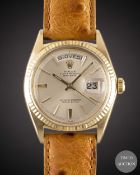 A GENTLEMAN'S 18K SOLID YELLOW GOLD ROLEX OYSTER PERPETUAL DAY DATE WRIST WATCH CIRCA 1963, REF.