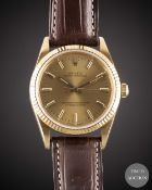 A GENTLEMAN'S 18K SOLID YELLOW GOLD ROLEX OYSTER PERPETUAL WRIST WATCH CIRCA 1992, REF. 14238 WITH