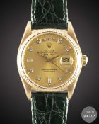 A GENTLEMAN'S 18K SOLID YELLOW GOLD ROLEX OYSTER PERPETUAL DAY DATE WRIST WATCH CIRCA 1984, REF.