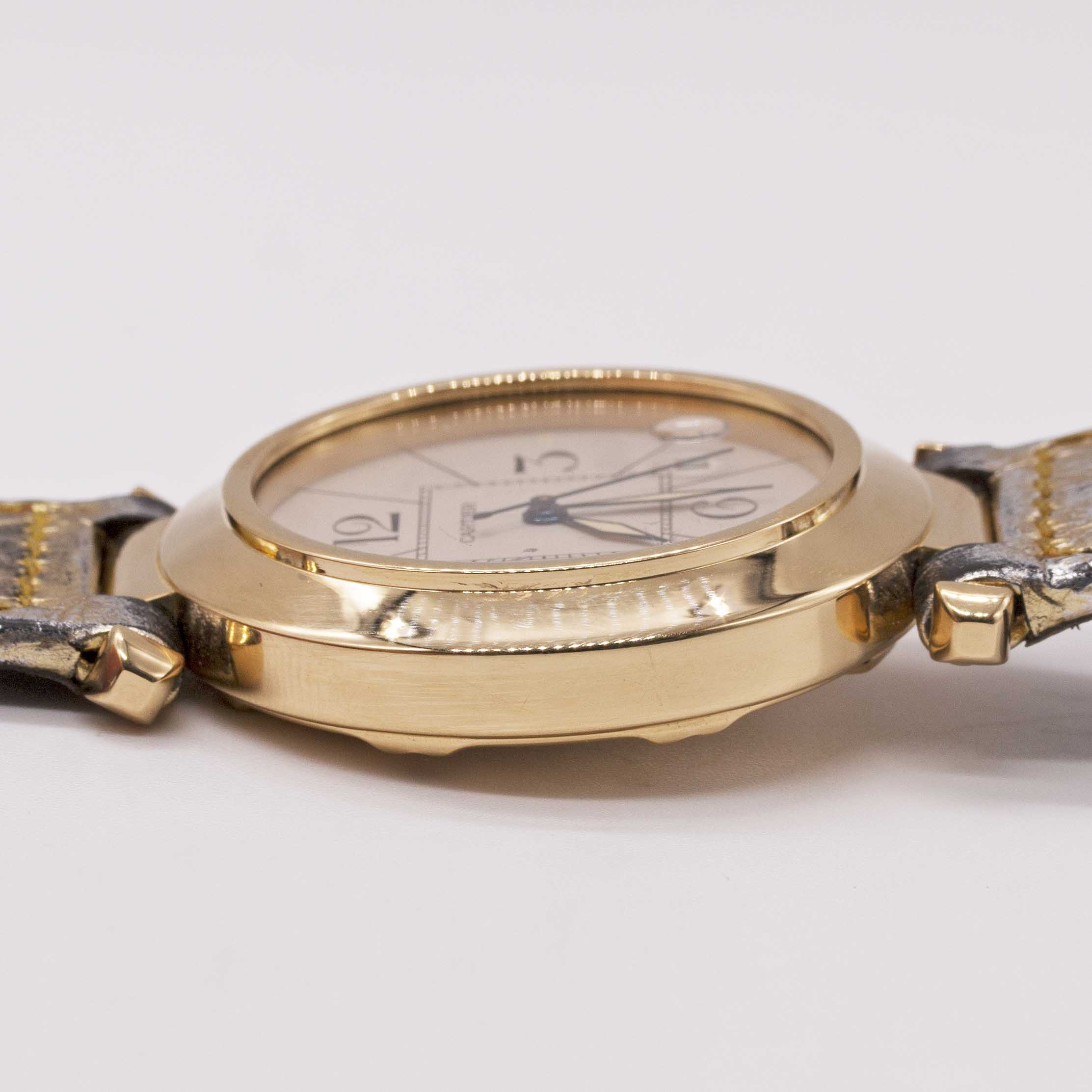 Lot 12 - A GENTLEMAN'S SIZE 18K SOLID GOLD CARTIER PASHA AUTOMATIC WRIST WATCH CIRCA 1990s, REF. 1989