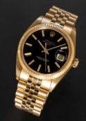 A FINE GENTLEMAN'S SIZE 18K SOLID YELLOW GOLD ROLEX OYSTER PERPETUAL DATE BRACELET WATCH CIRCA 1979,