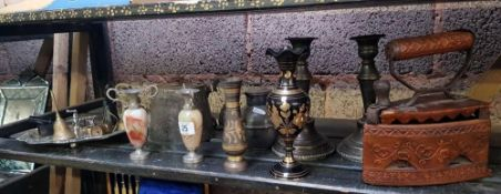 SHELF OF MIXED METALWARD INCLUDING CANDLESTICKS, BRASSWARE AND DECORATIVE LEATHER COVERED IRON