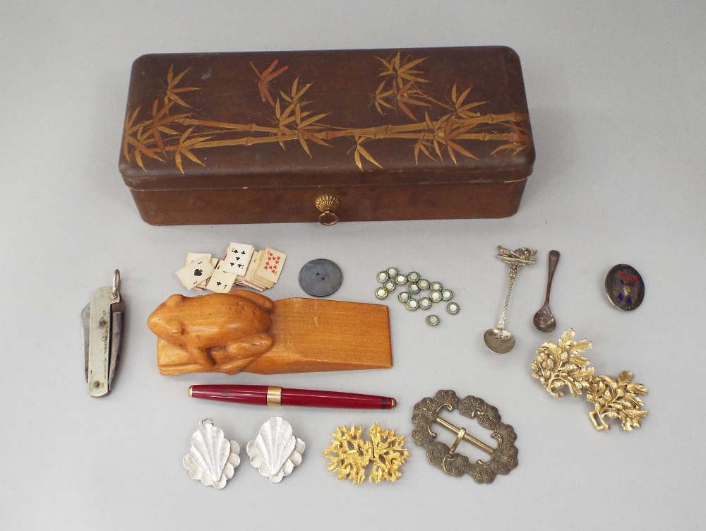 Lot 411 - Japanese lacquered glove box enclosing a vintage Parker fountain pen, with 14k nib, gilded and other